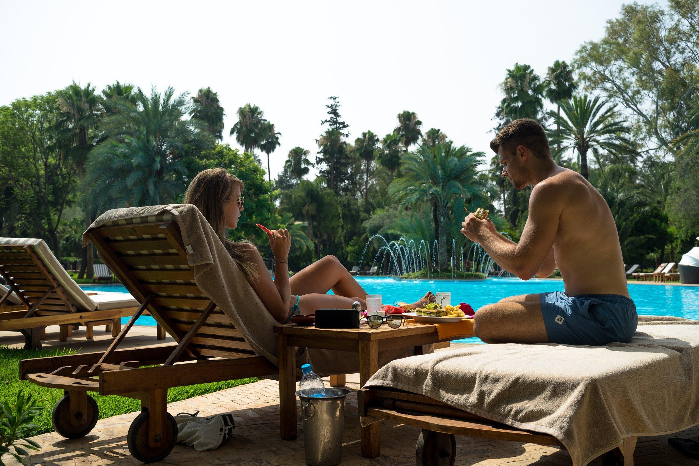 Es Saadi Palace Garden Resorts Lagoon Swimmingpool Poollandschaft Lunch Mittagessen Liegestuhl Mann Frau Stefan Diana Sonnen
