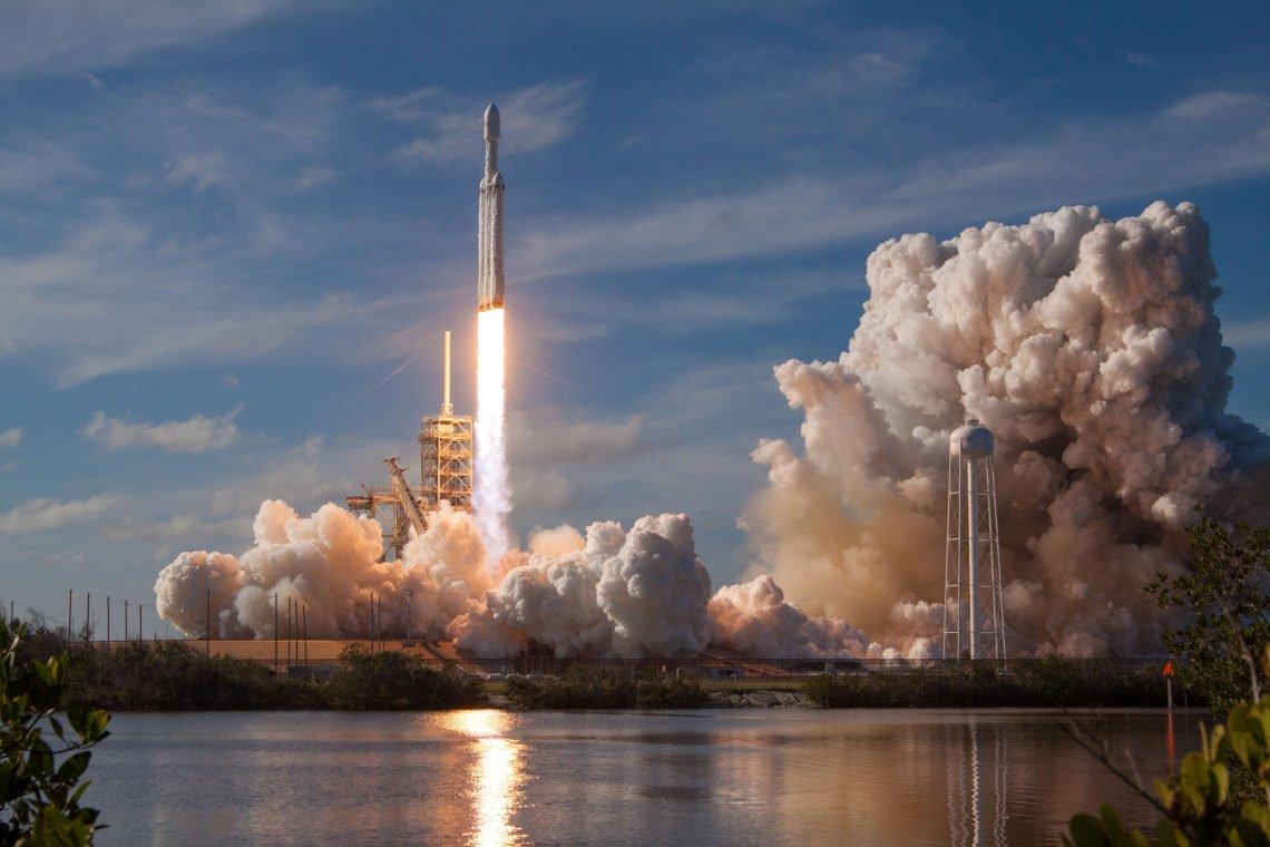 SpaceX Falcon Heavy Rakete Rauch Smoke Himmel Wasser Feuer Strahl