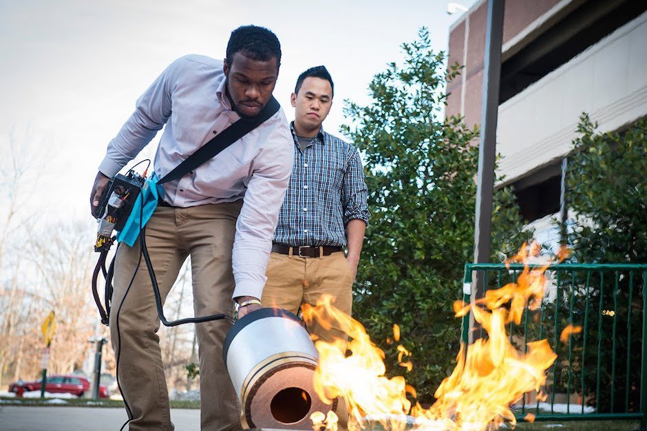 Mason University Bass Schallwellen Feuerlöscher Brand Studenten Seth Robertson Viet Tran