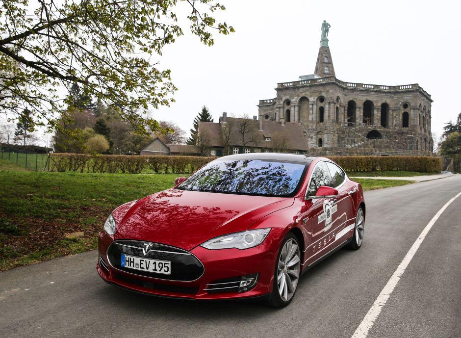 Tesla Model S Rot Kirche Straße Testfahrt Fahrbericht