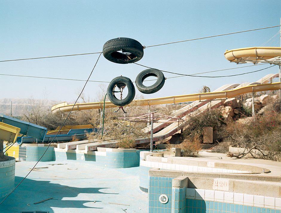 Dana Stirling Dead Water verlassener Wasserpark Reifen Wassertuschen Pool Wüste Isreal