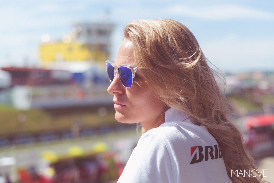 Doreen Seidel Playmate Playboy Bridgestone MotoGp Sachsenring Hawkers Sonnenbrillen Sunglasses Shades Sommer Sonne Warm Gesicht Verspiegelt blau Blondine