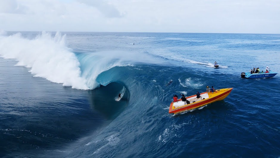 Teahupo'o Du Ciel Tahiti Surfing Surfen Wellenreiten Meer Wellen Surfbrett Boot blau Wasser Wucht Gewalt