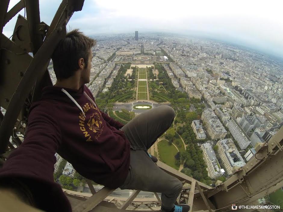James Kingston Eiffelturm Freeclimbing Champs du Mars Aussicht Paris Wahrzeichen Freeclimber ohne Sicherung Relax