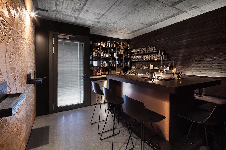Seven Swans & The Tiny Cup Innenraum Interieur Interior Bar Frankfurt gemütlich Theke Ausschank Wand New Yorker Stil unverputzt Leder