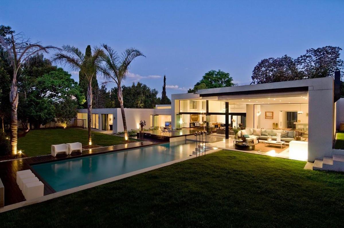 Moss Oaklands Residence Nico van der Meulen Architects Johannesburg Südafrika Architektur Design modern Pool Garten Nacht Exterieur