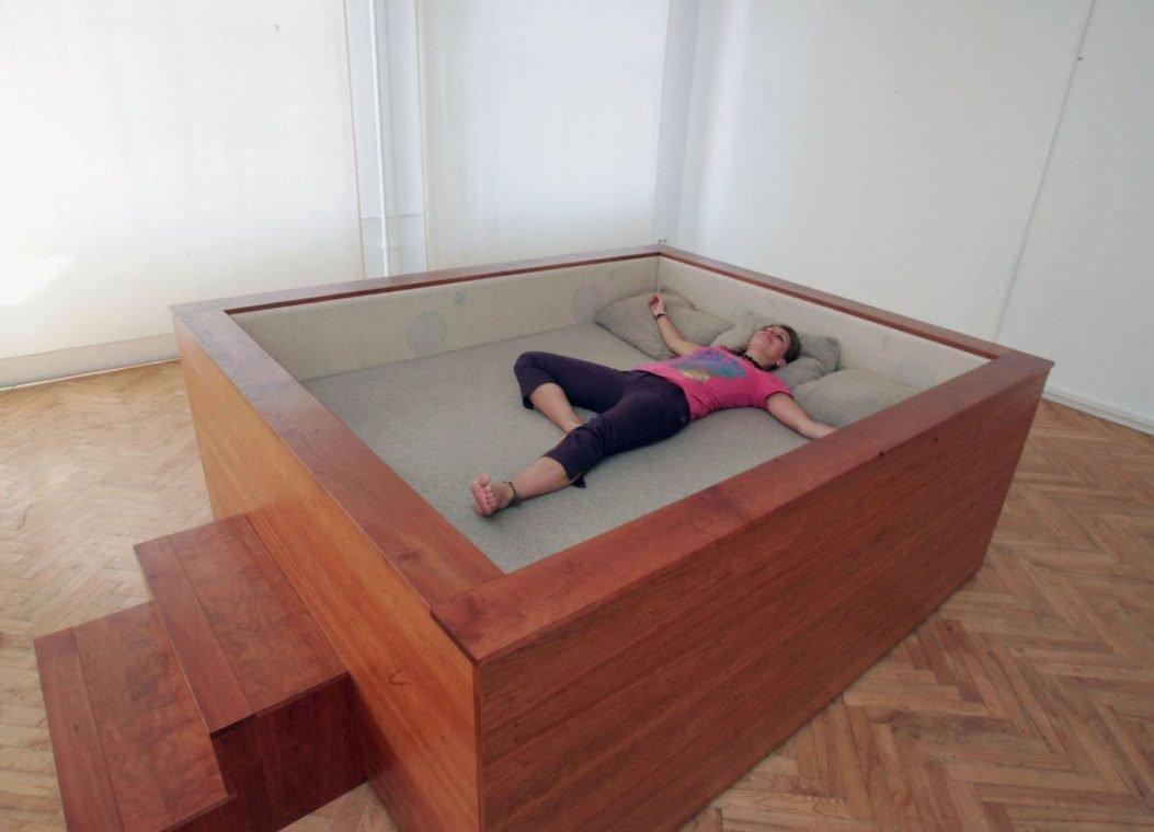 Sonic Bed Kaffe Matthews Surround Sound Bett Museum Kunst Relax Schlafen Frau