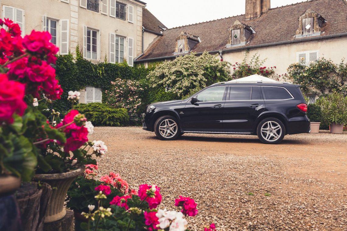 Mercedes-AMG GLS63 4MATIC Frankreich Villa Blumen SUV Offroad Allrad Schwarz Kies Schloss