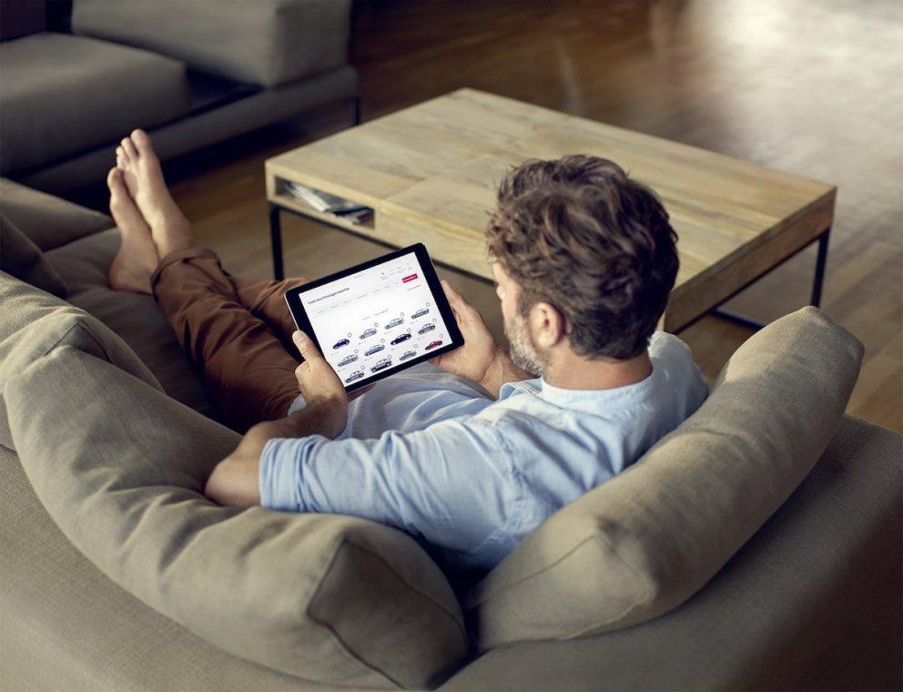 Audi Gebrauchtwagen Börse iPad App Mann Couch Sofa