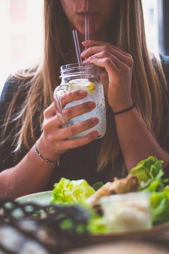 Restaurant Café Katz Kopenhagen Homemade Lemonade Limonade Jar Glas Diana Hand Blond Lippen Trinken Salat Armband Blond Cute
