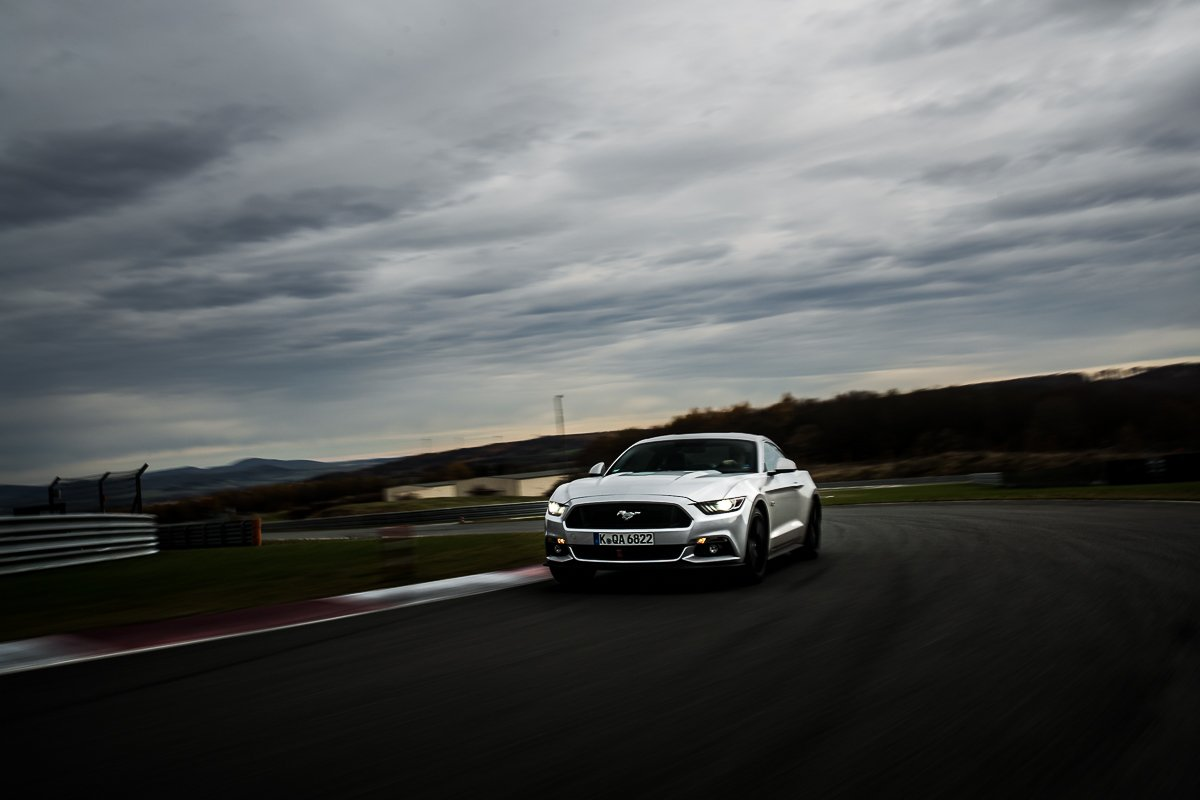 Ford Mustang GT 5.0 421 PS Bilster Berg Rennstrecke Racetrack Silber V8 Car2Car Driving Fahraufnahme Curb Rot Weiß Himmel Wolken Tagfahrlicht Racing