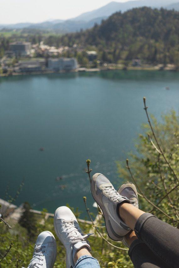 Aussicht Schloss Bled auf den See Nike Internationalist Adidas Stan Smith