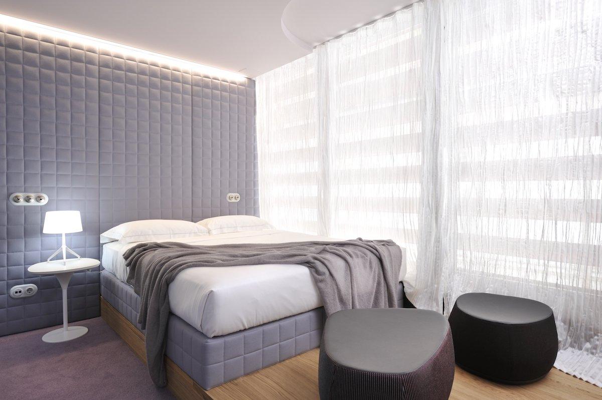 Vander Urbani Resort Ljubljana Designhotel Bett Zen Room Tischlampe Hocker Decken Licht