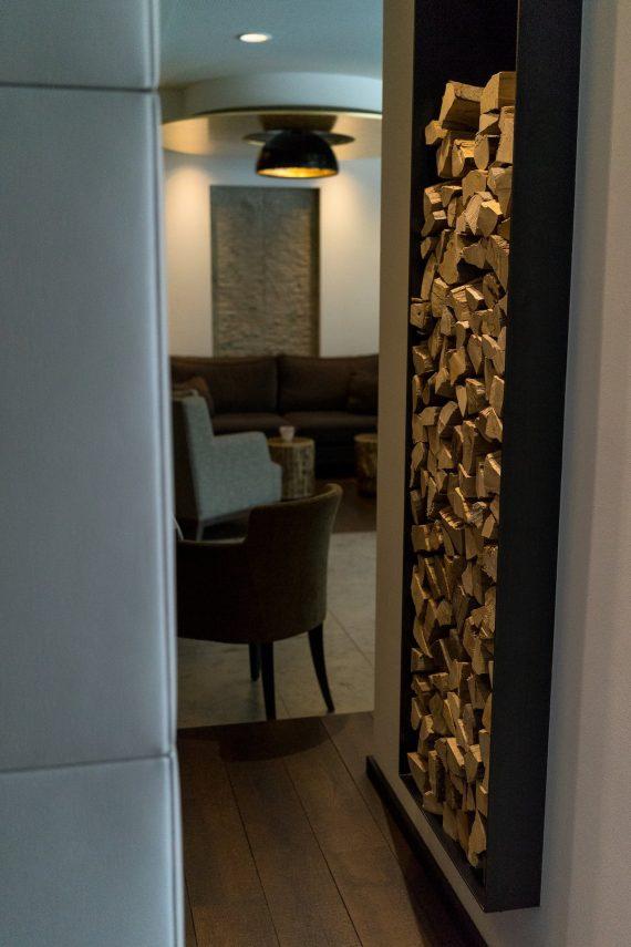 Alpiana Resort Wellness Hotel Lana Merna Südtirol Kamin Lobby Barbereich Holz Sessel Einrichtung