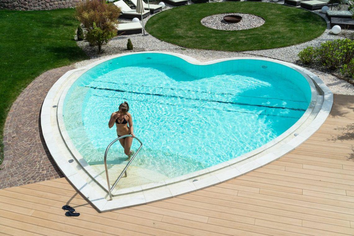 Alpiana Resort Wellness Hotel Lana Merna Südtirol Solepoolbecken 33 Grad Diana Herzform Outdoor Garten Spa Relaxen Luxus