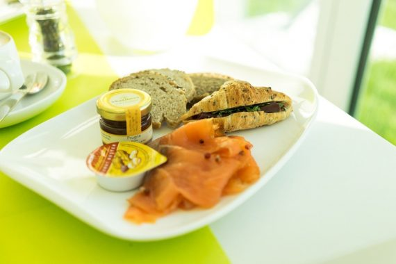 i-SUITE Hotel Rimini 5 Sterne Designhotel Adria Promenade Meerblick Bresaola Croissant Brot Jam Honey Lachs Salmon Frühstück Buffet