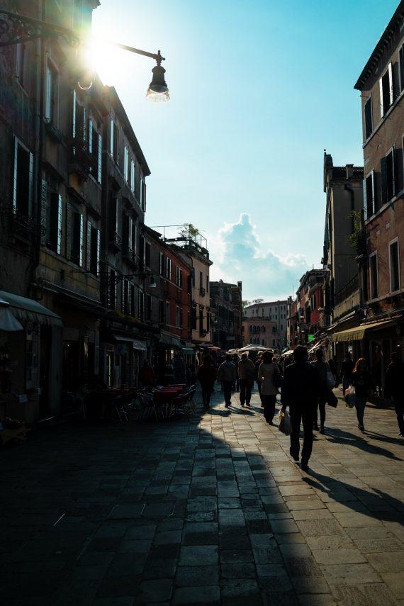 Venedig Venezia Venice Italien Romantik Romance Romantisch Urlaub Lifestyle Calle del Pistor Venedig Einkaufsstraße jüdisches Ghetto Viertel lange Schatten