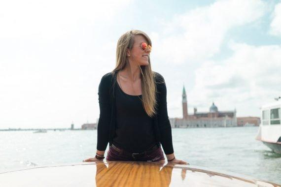 Venedig Venezia Venice Italien Romantik Romance Romantisch Urlaub Lifestyle Diana Laguna Lagune Bootsfahrt Lächeln Smile Abstützen Aufstützen