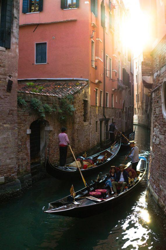 Venedig Venezia Venice Italien Romantik Romance Romantisch Urlaub Lifestyle Gondoliere Kanal Flare Sonnenuntergang Golden Hour Pärchen Couple Moment