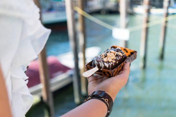 Venedig Venezia Venice Italien Romantik Romance Romantisch Urlaub Lifestyle Magnum Pleasure Store Eis am Stiel Schokolade Armbanduhr Rüschen