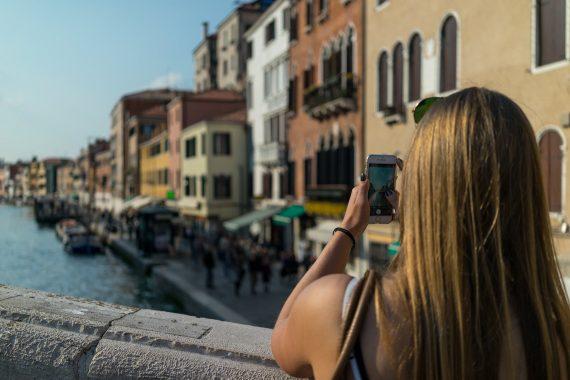 Venedig Venezia Venice Italien Romantik Romance Romantisch Urlaub Lifestyle Ponte della Guglie iPhone 7 Diana Blond Kopf Arme Brücke Häuser