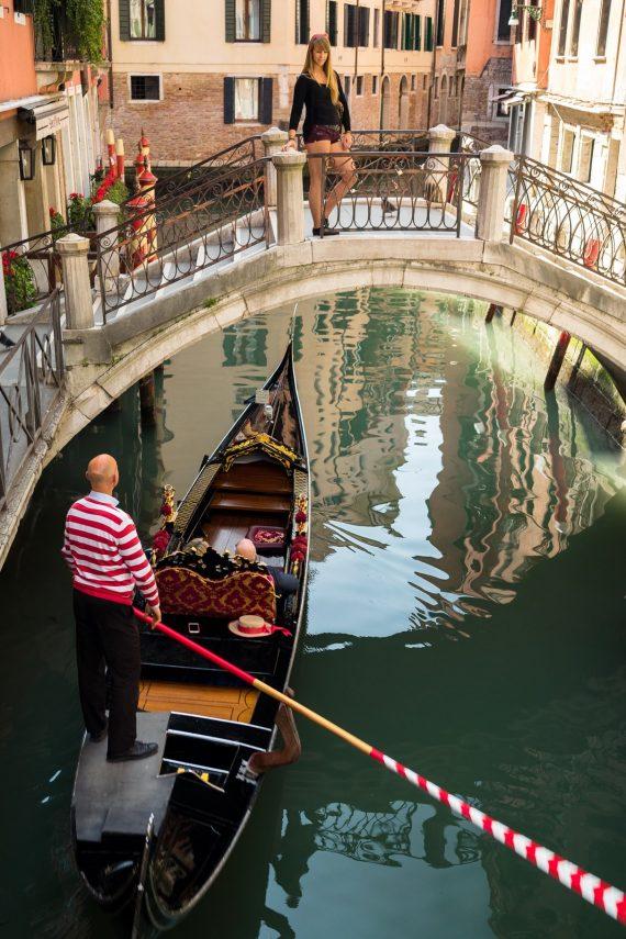Venedig Venezia Venice Italien Romantik Romance Romantisch Urlaub Lifestyle Gondoliere Diana Kanal Reflektion Wasser Spiegelung Shorts Touri Blick Brücke