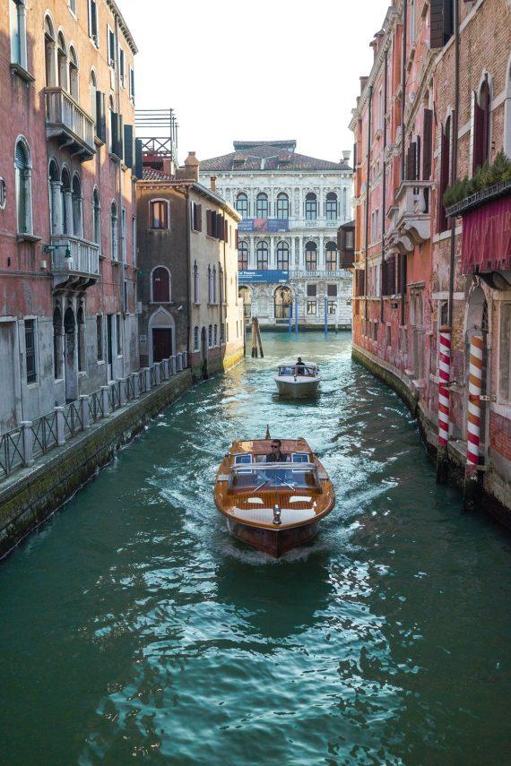 Venedig Venezia Venice Italien Romantik Romance Romantisch Urlaub Lifestyle Channel Kanal Aquamarin Grün Wellen Spiegelung orange rot Licht Sonnenstrahl historische Gebäude