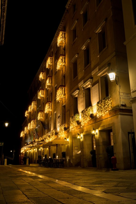 Venedig Venezia Venice Italien Romantik Romance Romantisch Urlaub Lifestyle Beleuchtung Nacht Baglioni Hotel Luna Straße gelb Fassade Pflaster