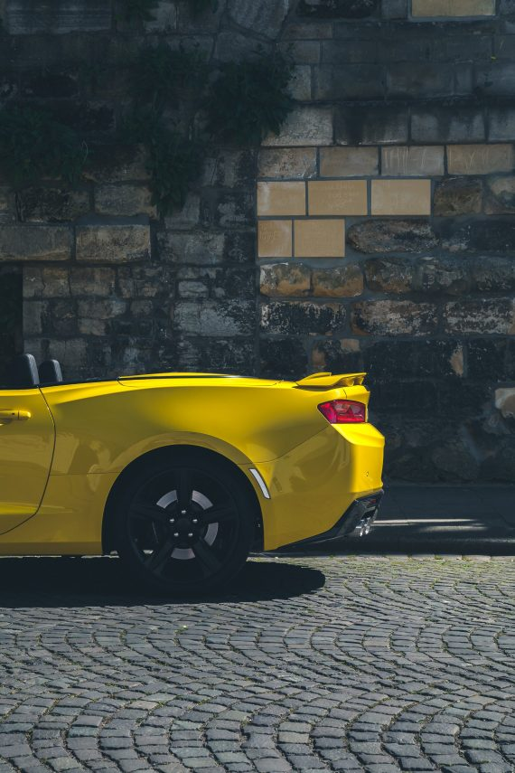 2016 Chevrolet Camaro V8 Cabriolet Bright Yellow mattierte Felgen Heckspoiler Bremslichter Mauer Kopfsteinpflaster gelb