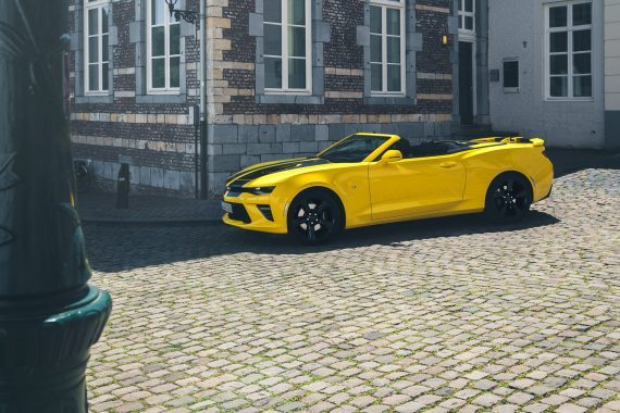 2016 Chevrolet Camaro V8 Cabriolet Bright Yellow Straße Laterne Kopfsteinpflaster Gebäude Holzfensterrahmen