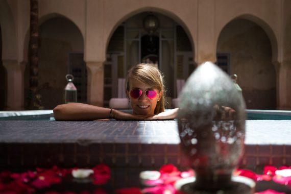 Riad AnaYela Marrakesch Marrakech Boutique Hotel Medina Diana Closeup Face Smile Ray Ban Sonnenbrille Swimmingpool Arme aufgelehnt Rosen