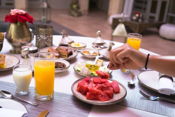 Riad AnaYela Marrakesch Marrakech Boutique Hotel Medina Frühstück Breakfast Orangensaft Wassermelone Gebäck