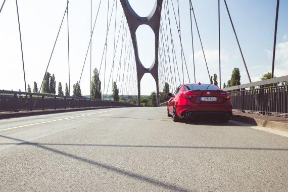 Alfa Romeo Giulia Quadrifoglio rot Osthafenbrücke Frankfurt Straße