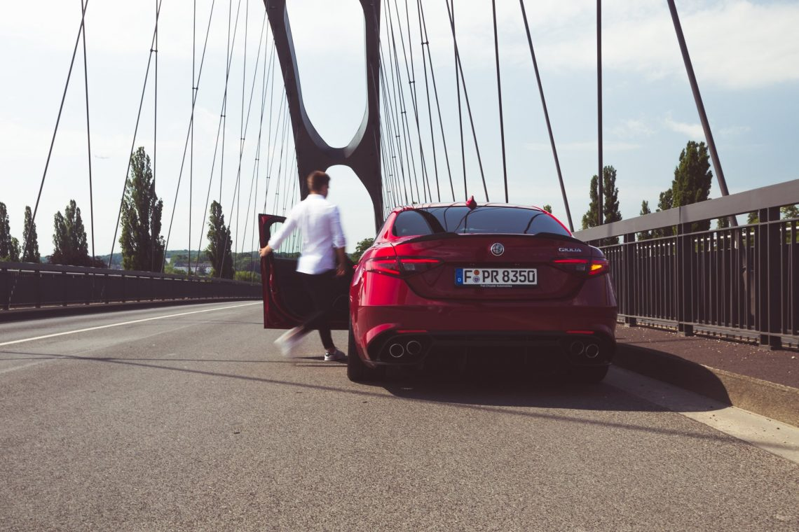Alfa Romeo Giulia Quadrifoglio rot Einsteigen Mann