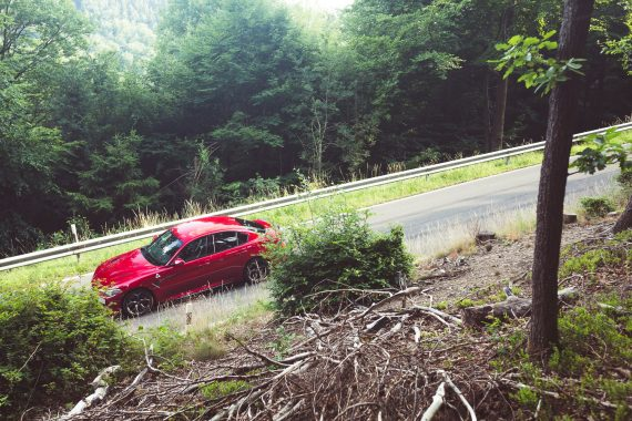 Alfa Romeo Giulia Quadrifoglio rot Seitenansicht Landstraße