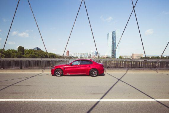 Alfa Romeo Giulia Quadrifoglio rot Osthafenbrücke Frankfurt Skyline