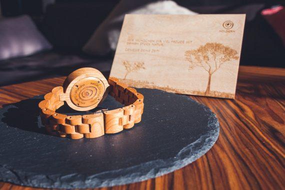 Armbanduhr Holz Tisch Karte