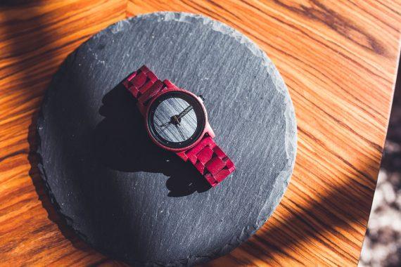 Holzkern Matterhorn Armbanduhr Rot Ziffernblatt Schiefer