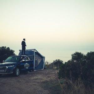 Adrian Mann mit Handtuch steht auf Autodach
