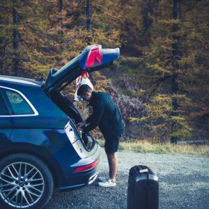 Stefan räumt Kofferraum aus