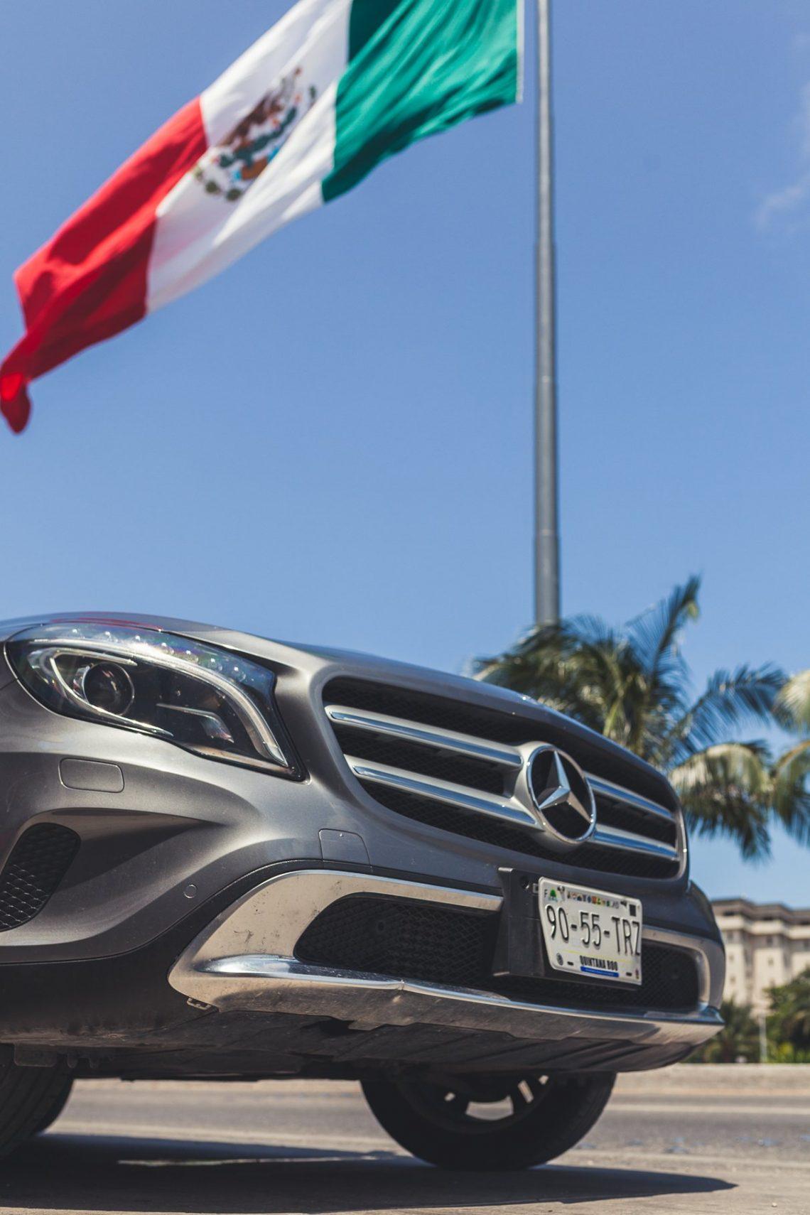 Mercedes-Benz GLA200 vor Mexiko Flagge in Playa del Carmen