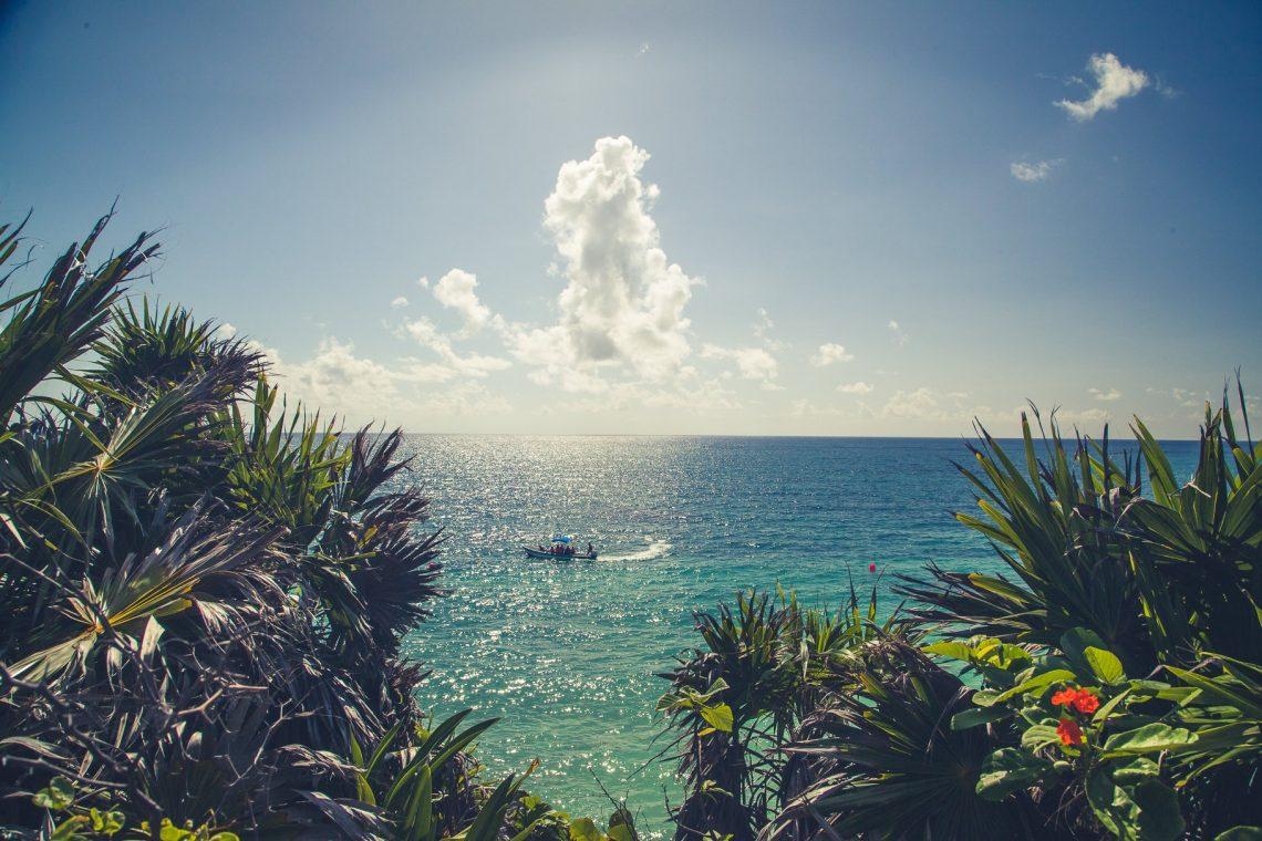 Tulum Ruinen am Karibischen Meer mit Fischerboot