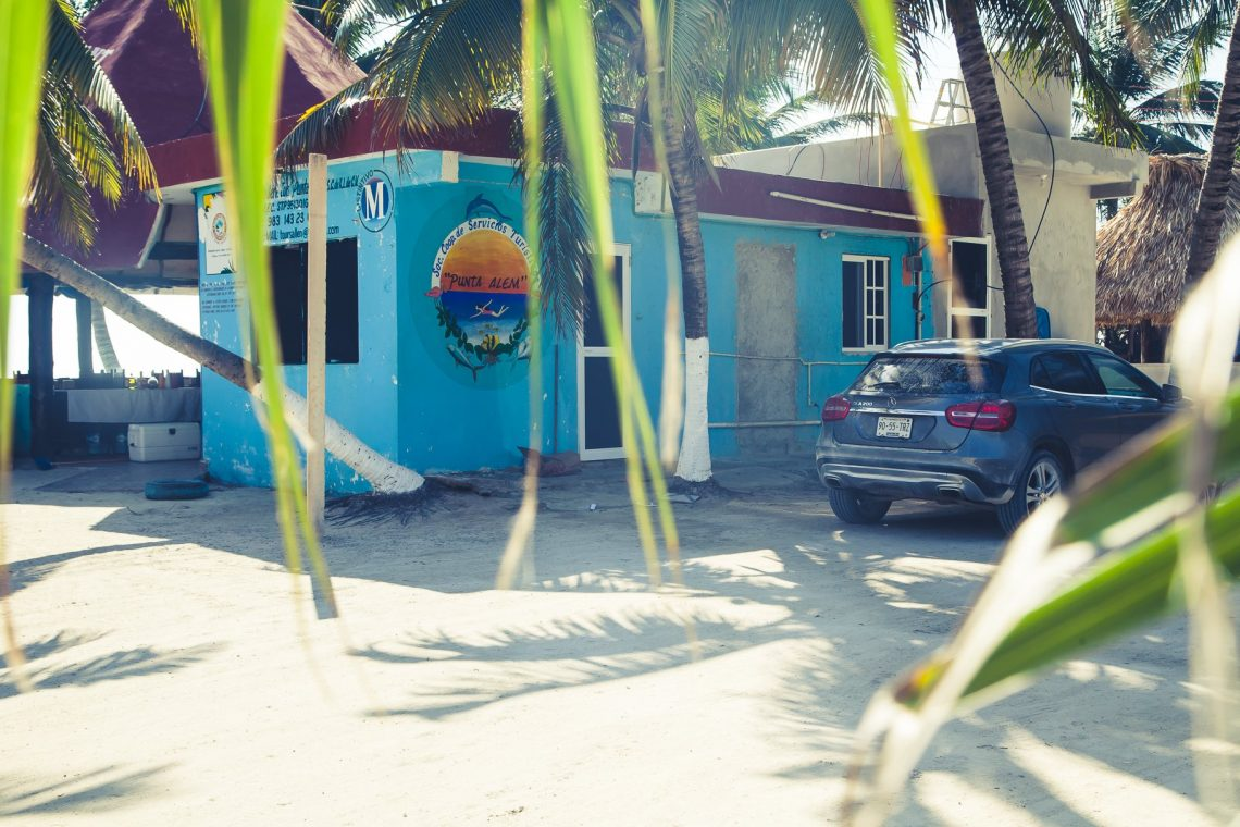 Punta Allen Mercedes-Benz GLA auf Sand an Palme