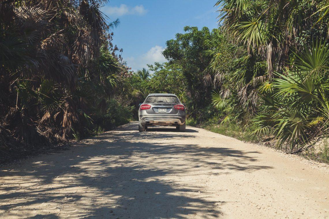 Sian Ka'an Straße mit Mercedes-Benz GLA zwischen Palmen