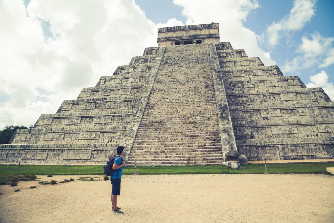 Person vor Chichen Itza Tempel Yucatan