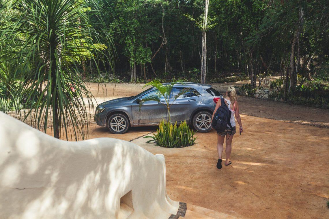 Mercedes-Benz GLA200 mit Frau und Rucksack im Urwald
