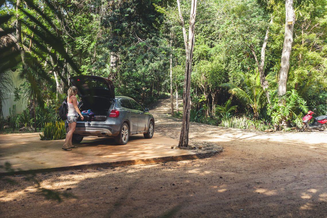 Mercedes-Benz GLA200 wird von einer Frau beladen