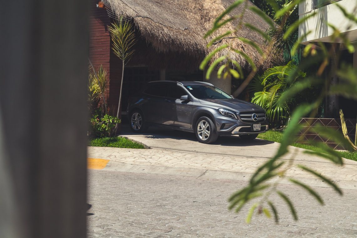 Mercedes-Benz GLA200 vor Hotel in Playa del Carmen