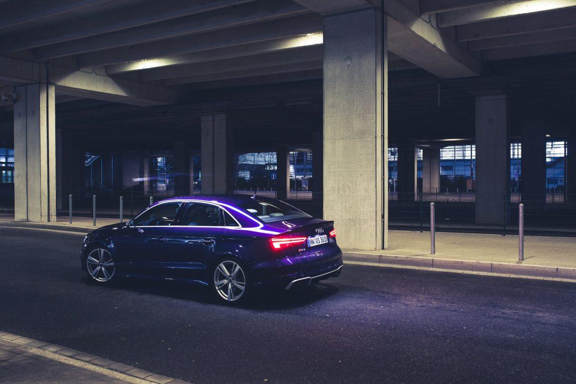 Audi RS3 Limousine Automobil Fahrzeug Felgen Beton Unterführung Leuchtstoffröhren blau violett