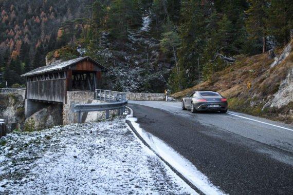 Brücke Holzhaus Strasse Berge Kurve Sportwagen Rücklicht